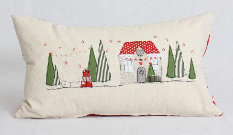 Kissen bestickt mit Weihnachtsdorf