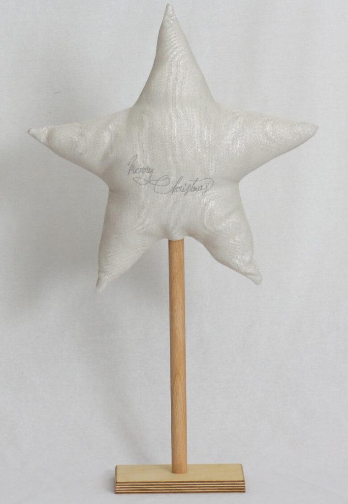 Stern bestickt auf Holzständer cremeweiß