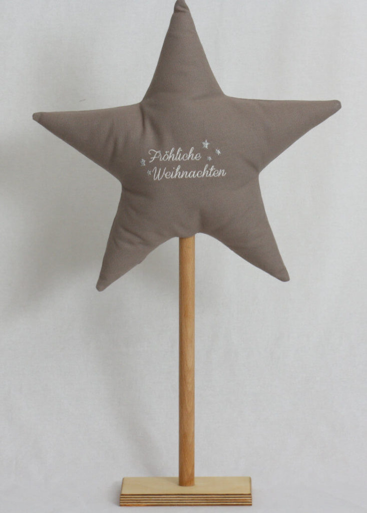 Stern bestickt auf Holzständer grau