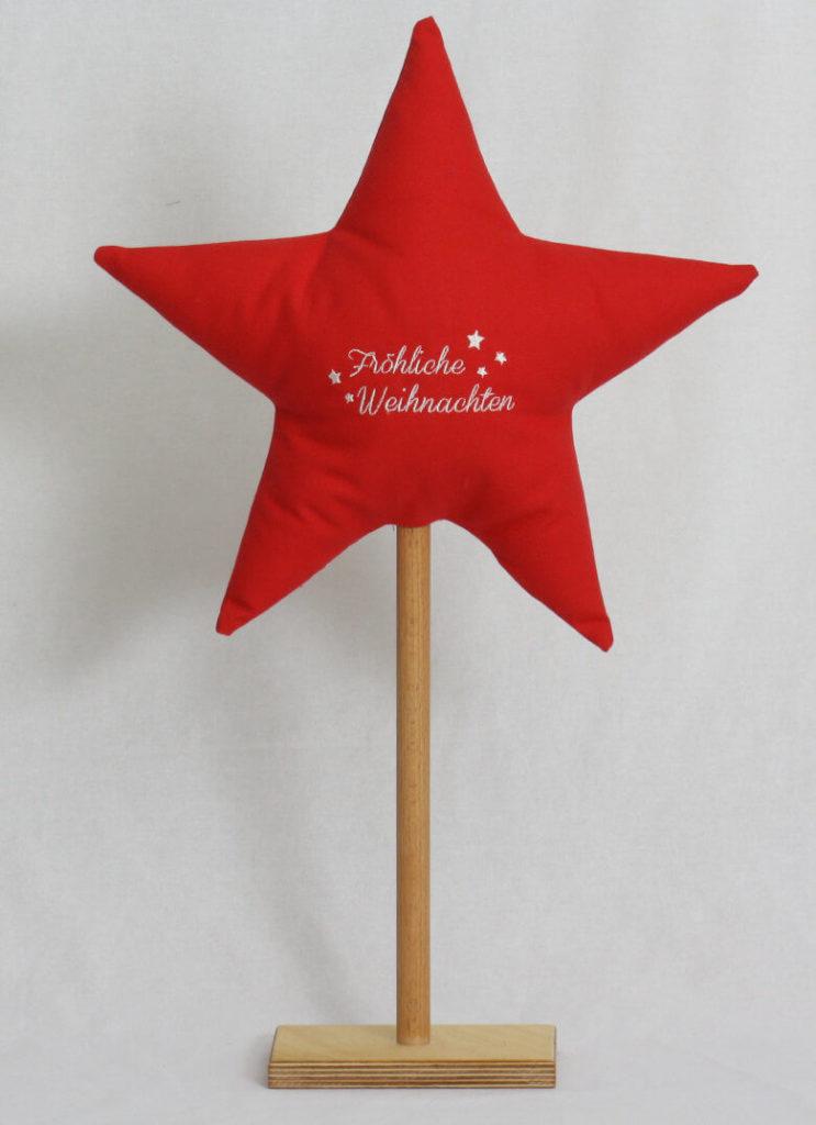 Stern bestickt auf Holzständer rot